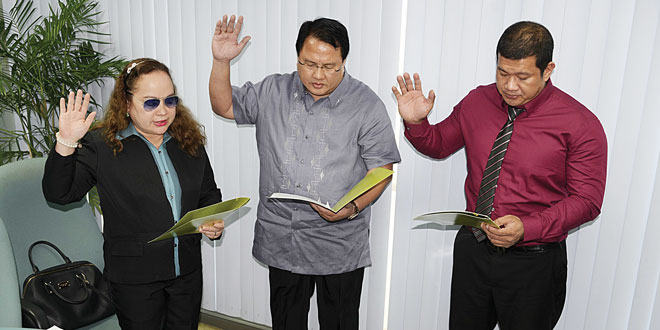Health Secretary Dr. Paulyn Jean B. Rosell-Ubial (left) swears into office Dr. Roy B. Ferrer (middle) and Dr. Roberto M. Salvador Jr. as the new members of the Philippine Health Insurance Corp.'s (PhilHealth) board of directors.