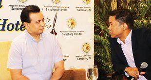 Plaridel board member Ariel Ayala (right) talks to Sen. Antonio Trillanes IV (left) during the Kapihan sa Manila Hotel forum last July 3. ALLEN CID