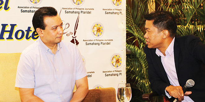 Plaridel board member Ariel Ayala (right) talks to Sen. Antonio Trillanes IV (left) during the Kapihan sa Manila Hotel forum last July 3. ALLEN CID
