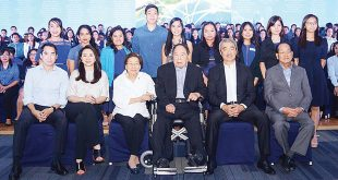 (From second from right) Hans Sy, Henry Sy Sr., Felicidad Sy, Debbie Sy, and Harley Sy pose with scholar-graduates with academic distinction at the recent 21st Presentation of Graduates at the SMX Convention Center in Pasay City. These graduates are among the 256 supported by SM Foundation Inc.
