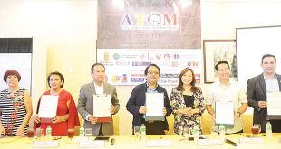 "Buhay OFW host Marissa del Mar (fifth from left) pose with representatives from various organizations, including Dante Jimenez of the Volunteers Against Crime and Corruption (VACC) and laywer Michael ""Mike"" Toledo of the Management Association of the Philippines (fourth and sixth from left, respectively) after signing an agreement establishing the Anti-Trafficking OFW Movement (ATOM) project at Golden Bay Restaurant in Pasay City on July 18, 2017."