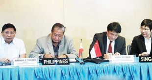 Transportation Secretary Arthur Tugade (second from left) and Singapore Cooperation Enterprise CEO Kong Wy Mun (second from right) sign a memorandum of understanding (MOU) on the development of an intelligent transportation system in Metro Manila. Witnessing the signing are Metro Manila Development Authority Chairman Danilo Lim (left) and Singapore Ambassador to the Philippines Kok Li Peng (right) . PNA
